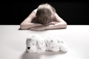 Petite fille qui pleure son chien decede